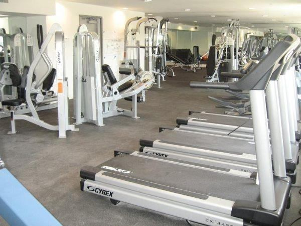 Private room free gym own bath hr doorman room to rent from